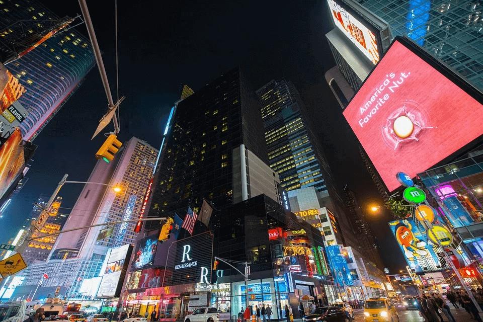 contaminación lumínica de anuncios publicitarios